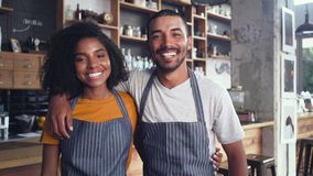 Portr?t der Paar-laufenden Kaffeestube zusammen stock footage