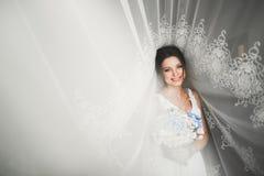 Portr?t der sch?nen Braut mit Modeschleier am Hochzeitsmorgen stockfotos