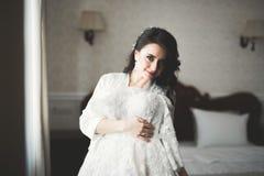 Portr?t der sch?nen Braut mit Modeschleier am Hochzeitsmorgen stockfoto