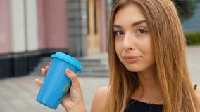 Portr?t der sch?nen jungen Frau in der Stadt Gl?cklich l?cheln Trinkender k?stlicher Kaffee stock video