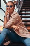 Portr?t der sch?nen zuf?lligen attraktiven Frau auf Stahltreppe am Hinterhof lizenzfreie stockfotos