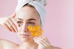 Portr?t der Sch?nheits-Frau mit Augenklappen auf rosa Hintergrund Frauen-Sch?nheits-Gesicht mit Maske unter Augen Sch?ne Frau mit lizenzfreies stockbild
