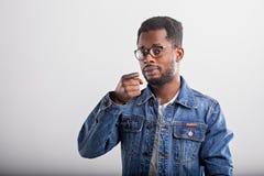 Portr?t des Afroamerikanermannes im Studio lizenzfreies stockfoto