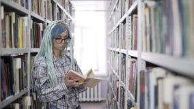 Portr?t des Hippie-Frauenlesebuches in der Bibliothek stock video