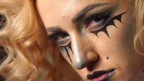 Portr?t des jungen sch?nen M?dchens mit dem Make-upskelett auf ihrem Gesicht stock video footage
