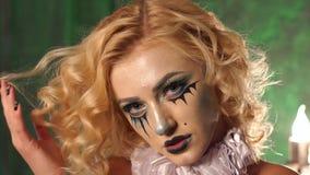 Portr?t des jungen sch?nen M?dchens mit dem Make-upskelett auf ihrem Gesicht Halloween stock video
