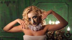 Portr?t des jungen sch?nen M?dchens mit dem Make-upskelett auf ihrem Gesicht Halloween stock footage