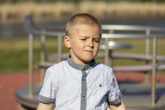 Portr?t des netten kleinen Jungen im Sommer lizenzfreie stockfotografie