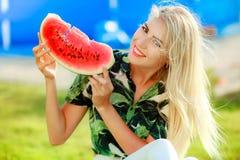 Portr?t des netten M?dchens macht lustiges Gesicht und L?cheln mit Wassermelonenscheiben Sch?nheit, die reife Wassermelone isst K stockbild