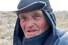 Portr?t eines alten Mannes in unordentliche Kleidung und Hut, die seinen Zeigefinger anhoben, habe ich eine Idee lizenzfreies stockbild
