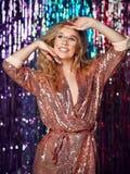 Portr?t eines gl?cklichen l?chelnden M?dchens in einem stilvollen bezaubernden Kleid mit Pailletten an einer Modepartei lizenzfreie stockfotos