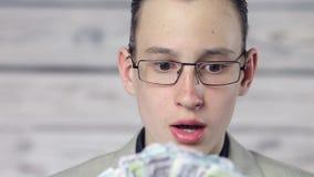 Portr?t eines Jungen ?berrascht durch Geld stock video footage