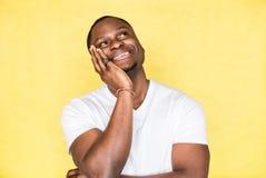 Portr?t eines jungen gl?cklichen Afroamerikanermannes stockfoto