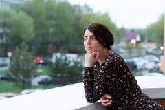 Portr?t eines M?dchens auf dem Balkon im Sommer lizenzfreie stockbilder