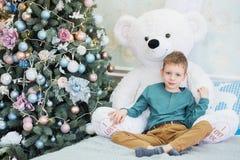 Portr?t eines netten kleinen Jungen, der einen weichen Teddyb?ren umarmt stockfotos