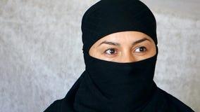 Portr?t eines sch?nen arabischen M?dchens Eine islamische Frau in einem hijab untersucht die Kamera stock footage