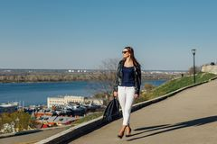 Portr?t eines stilvollen dunkelhaarigen M?dchens in der Sonnenbrille, ist sie in einer Lederjacke lizenzfreie stockbilder
