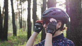 Portr?t gl?cklichen triathlete M?dchens, das weg von den Radfahrengl?sern tragen schwarzen Sturzhelm sich setzt Radfahrenkonzept  stock video