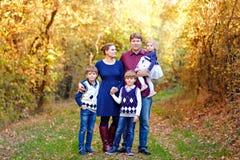 Portr?t von jungen Eltern mit drei Kindern Mutter, Vater, zwei Kinderbruderjungen und wenig nette Kleinkindschwester stockbild