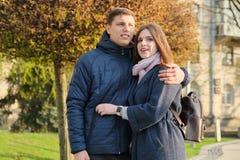 Portr?t von sch?nen Paaren in der umfassenden Stadt, im gl?cklichen jungen Mann und der Frau, goldene Stunde lizenzfreies stockbild
