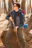 Portr?t von Yang-J?ger mit einem Rucksack und einem Gewehr auf dem Wald stockfoto