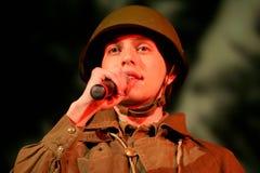 Portra苏联士兵,播放在黑背景的二战制服的英雄手风琴 库存照片