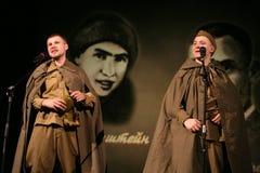 Portra苏联士兵,播放在黑背景的二战制服的英雄手风琴 免版税图库摄影