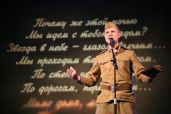Portra苏联士兵,诗人,播放在黑背景的二战制服的英雄手风琴 免版税库存图片