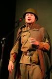 Portra苏联士兵,诗人,播放在黑背景的二战制服的英雄手风琴 图库摄影