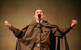 Portra Sovjetmilitair, dichter, held in eenvormig van Wereldoorlog II die de harmonika over zwarte achtergrond spelen Royalty-vrije Stock Foto