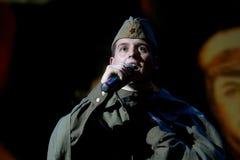 Portra Sovjetmilitair, dichter, held in eenvormig van Wereldoorlog II die de harmonika over zwarte achtergrond spelen Royalty-vrije Stock Foto's