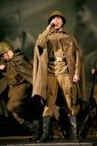Portra Sovjetmilitair, held in eenvormig van Wereldoorlog II die de harmonika over zwarte achtergrond spelen Stock Foto