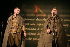 Portra Sovjetmilitairen, dichter, held in eenvormig van Wereldoorlog II die de harmonika over zwarte achtergrond spelen Royalty-vrije Stock Fotografie