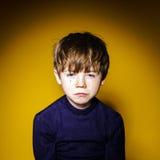 Portrai émotif en gros plan de garçon expressif roux d'élève du cours préparatoire image libre de droits