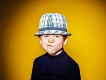 Portrai émotif en gros plan de garçon expressif roux d'élève du cours préparatoire images libres de droits