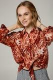 Portrai piękna blondynki kobieta w czerwonej koszula fotografia royalty free