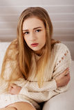 Portraif av den härliga ledsna bekymrade caucasian kvinnan. Arkivfoto