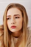 Portraif der schönen traurigen, besorgten kaukasischen Frau. Lizenzfreie Stockfotos