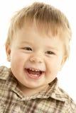 Portraigt des lachenden Kleinkindes Stockbild
