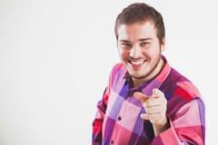 Portraiit eines jungen Mannes, der seinen Finger zeigt Lizenzfreie Stockbilder