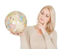 Portrail da mulher bonita que prende um globo Imagens de Stock Royalty Free