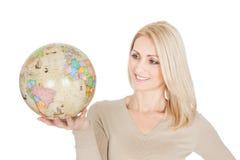 Portrail da mulher bonita que prende um globo Imagem de Stock