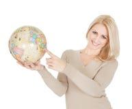 Portrail da mulher bonita que prende um globo Fotos de Stock