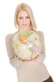 Portrail da mulher bonita que prende um globo Foto de Stock