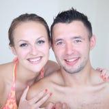 Portrail van jong glimlachend paar in zwempakken stock fotografie