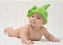 Portrain av förtjusande behandla som ett barn i rolig hatt Royaltyfri Fotografi