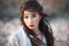 Portrain do vintage da mulher bonita do boho que olha a câmera Foto de Stock