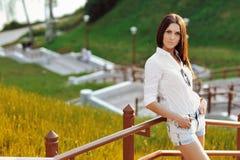 Portrair av en härlig ung kvinna Fotografering för Bildbyråer