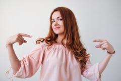 Portrair der caicasian roten behaarten Frau stolz auf  Lizenzfreie Stockfotos