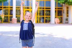 Portrair Gelukkig het glimlachen jong geitje terug naar school stock afbeelding